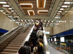 龍山寺駅で降ります。 改札ではコイン型の電子チケットを投入口に入れると扉が開きます。 紙が無駄にならずによいシステムですね。 MRTの構内は、東京の地下鉄に比べると空間が広く、壁や天井・照明など、大変デザインがよくアミューズメントパークかのような造りですね。  台湾ではエスカレーターは右に立って、左は急ぐ人用のようですね。関西と同じかな。