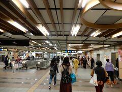 MRT龍山寺構内を龍山寺方面に歩きます。