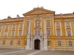 リンツの街ぶらのあとはメルクへ オーストリアのニーダーエスターライヒ州、メルクの街の上部にある 「メルク修道院」 かつてバーベンベルグ王朝時代のお城だったこの修道院 東西320メートルに及ぶ広大な敷地を持ち、白と黄色のバロック建築は  まるでお城や要塞のような存在感を漂わせる建物です。