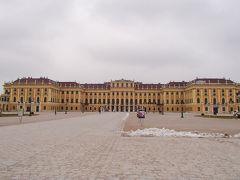 翌日は、 「シェーンブルン宮殿」と「オーストリアギャラリー観光」 (ウィーン市内でのランチ付き)オプショナルツアーに参加しました。 世界文化遺産にも登録されているハプスブルク家の夏の離宮 シェーンブルン宮殿 外観はバロック様式、内部はロココ様式で、部屋数は1400室 現在その内の40室が公開されています。が撮影はNG 宮殿外観の黄褐色はマリア・テレジア・イエローと呼ばれているそうです。