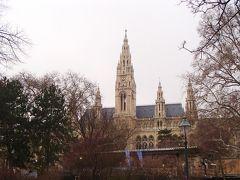 旧市街へ移動してきました。 高い5本の尖塔が特徴的なネオゴシック様式のウィーン市庁舎
