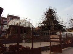 旧王宮を出て、向かいにあるハリ・シャンカール寺院を見ます。 1705年に建てられたヒンドゥー教寺院です。 大震災で崩れたようですが、復興作業が進められています。
