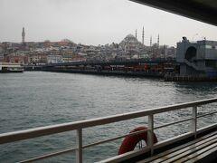 天気が良ければもっと良かったのですが・・・。トルコは冬が雨期なので仕方ありませんね。  ガラタ橋に近づいてきました。