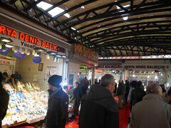 カラキョイにあるTuryol社の桟橋の横は、小さな魚市場になっています!この市場に隣接するシーフードレストランが安くてオススメです。