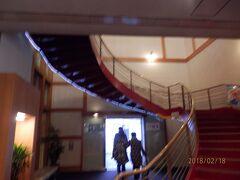 日曜16時。湯快リゾート恵那峡国際ホテルのチェックインを済ませて東館への入口。