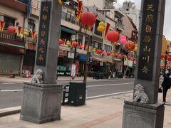 ここからは唐人屋敷への入り口です。  中国貿易をしていた頃の中国人の居留地として作られたのがこの一角になります。 特別な人以外はこのエリアは出入りが禁止されていました。