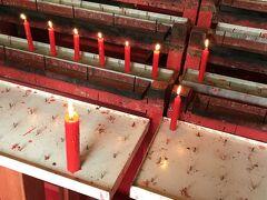 最初の土神堂で最初のロウソク祈願をします。  個人で来る人はここで4本500円のロウソクを買って4つの堂を巡り、1本ずつロウソクに火を灯して祈願します。  まだ朝イチだったのでロウソクもほとんどありませんでした。 毎日堂の方がロウソクの管理をしています。