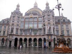 ブリュッセル中央駅から列車に乗ること50分でアントワープ中央駅に到着しました。 この駅はベルギーの建築家、ルイ・デラサンセリが設計したもので、ネオ・バロック様式の大きなドームを持つ石造リの建物です。 w(°o°)w おおっ!! でも日頃の行いが悪いので雨だったのが残念.....