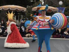 13:42  13:35スタートのハピがやって来ました!  今日は不思議の国のアリスの王様も出ている完全版のようです。  右のダンサーさん、クリスタル・ウィッシュ・ジャーニーで萬斎さまと同じポジションで踊っていた方で、お気に入りのひとりです♪