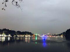 ホアンキエム湖ー! 噴水がライトアップされて、夜景が穏やかな湖面に映り込んで綺麗。 ベトナム人も外国人観光客も、湖のほとりでのんびりしてました。 ここがちょうど湖の南端です。 翌日北端もちょろっと歩くんですが、ホアンキエム湖は南側の方がのんびりしていて良いですね。 https://youtu.be/QXzwpl23OYg