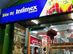 インティメックス、というスーパーに来ました。 現地のスーパー見るの好きなんですよ、おもしろいですよねー。 買いたいやつがいくつかあって、インスタントのベトナムコーヒーと、インスタントのフォーと、ライム塩胡椒は絶対買って帰りたいなぁ。