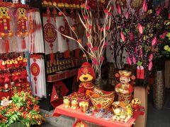 店先も春節飾りで真っ赤っか! 赤は魔除け、金は金儲けの色だそう。