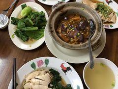 早目の夕食に香港の友達と今度は二人で、またモール内の チキンライスの店へ。今回は蒸しチキンの乗った汁無し麺に。 これも美味しい!