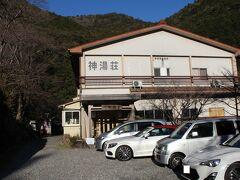 本日のお宿に到着! 近くに旅館らしき建物があったのですが、営業しておらず ここはまさに秘境の一軒宿☆彡 見渡す限り、周りは山、山、山