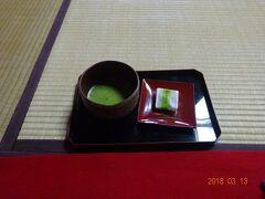 粟津温泉・法師旅館内の庭園を拝見しながら、まずお抹茶とお菓子の接待です