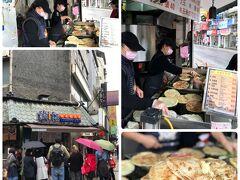 """とどめに天津葱抓餅にて葱油餅を買います・・・まだ食べてました(笑) これこそ""""食い倒れの旅""""なのであります!"""