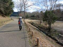 つぎに高松塚古墳を訪れます。 亀石から数分の距離にある高松塚古墳のある公園の駐車場に車を駐め、歩いて行きます。