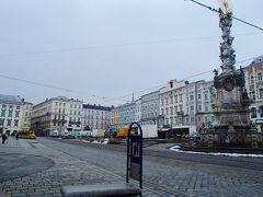 ウィーンから西へ150kmほどに位置する美しい街並みの文化都市リンツ。 リンツの旧市街の中心地 HAUPT  PLATZ  (ハウプト プラッツ) メイン広場 広場を取り巻いてバロック様式の建物が立ち並び、落ち着いた雰囲気の古き良きヨーロッパを感じることができます。 リンツの旧大聖堂や、観光案内所が併設されている市庁舎、リンツ歯科歴史博物館もこの中央広場に面しています。