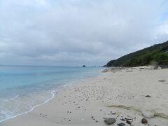このビーチは「大浜海浜公園」と呼ばれ、青い海と白い砂浜が印象的です。