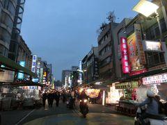 そこから六合国際夜市まではすぐ。 雨模様でもあり、木曜でもあるので人出はいまひとつ。 日本からどこかの高校生が修学旅行で来ていました。