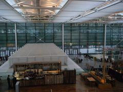 羽田空港から11時間、ミュンヘン空港(Flughafen Muenchen Franz Josef Strauss)に降り立ちました! 一時間以上早く着いたので、第二ターミナルの空港内をしばし探索。。 展望台もありました。 さっそくドイツビール発見♪
