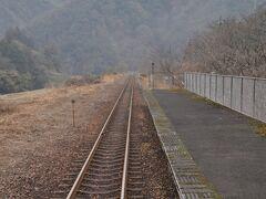 沢谷駅停車です。  三江線は全線で108.1kmですから、本当の中間地点はこの駅のもう少し先になります。