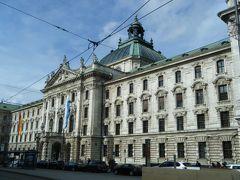 ホテルのチェックインを済ませ、ミュンヘン市街をお散歩することに。  Landgericht Muenchen(地方裁判所)