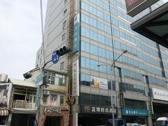 ホテルはFXホテル台南。銀行の上、ロビーは8階にありました。 駅からはバスで5駅くらいですが、観光スポットの真ん中、神農街と国華街との間にあり、観光するにはとても便利なところでした。 bookingcomで予約をしましたが、あいまいな決済表示のため、ひと悶着。 ホテル側がbookingcomに電話をして一件落着しました。