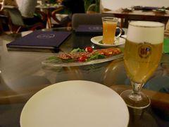 ディナーは、週末だと激混みだけど、金曜は余裕のエンボカへ。 最終入店時間、20:00に予約をいれておきます。  セレスホワイトのドラフトがあったよ!(^^)!