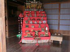 旅人宿石垣屋さんの雛人形。 最上段がお館になっている。 三人官女がいなくて、お雛様のとなりに誰かいる。 豪華で、メンバーがユニーク。
