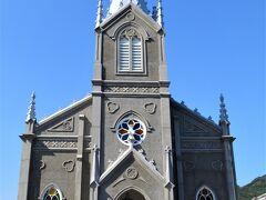 青い空に集落のシンボル、崎津教会。 内部は撮影NG、靴を脱いで入ると 畳敷きでちょっと驚きます。 かつて絵踏が行われていたという場所に 主祭壇が置かれていました。