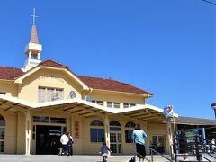 そんなこんなで三角駅に到着。 開通に合わせてリニューアルされた駅舎は 天草にピッタリの趣きある佇まい。 前方左に進んでオレンジ色の桟橋から クルーズ船に乗り継ぎまーす。