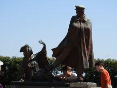 貫一お宮の像。 尾崎紅葉の新聞小説『金色夜叉』の中で、間寛一とお宮の熱海海岸での別れの場面の舞台になったといわれている。