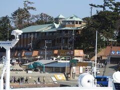初島港に接岸。