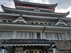 熱海城に到着。かなり息が上がっていますが、お城って階段だったような…。(熱海城は観光のために建てられた城で、歴史的なものではないそうです)