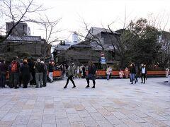外に出ると巽橋付近は観光客で賑わっていました。