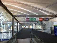 そうこうしている間に、ロサンゼルス国際空港 トム・ブラッドリー  国際線ターミナルに到着です。 入国審査を受けて、預け荷物を一度取っ後、乗り継ぎ専用レーンへ向かいます。