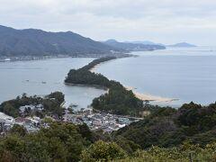 おおー、って感じで天橋立が見えます。 確かに陸をつないでいる感じがなんとも良い感じです。 松林が続くところは正に日本的。 入り組んだ海岸線も日本の風景で、海外では見られない風景。
