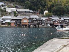 そんなこんなで天橋立を後にして、伊根の舟屋に来ました。 車で大体30分くらい。  こういう舟屋が集まった町って初めて見たかもしれません。 ちょっと伊豆の海岸線側にある町並みにも似た雰囲気はありますが、ここまでではないです。  日本の漁業の町ですね。 天気もちょっと良くなって、海の色もきれいに見えます。