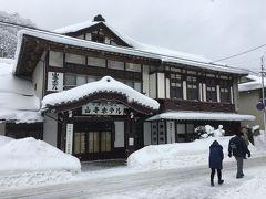 駅前通りの突当りにあるこのホテル渋っ! 金田一耕助が二階の一室に泊まっている様な雰囲気。  今はホテルでは無く、やまがたレトロ館という博物館チックなものになっているようです。