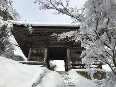 先を急いで、大体中間時点の仁王門。 1848年に再建された、けやき材の優美な門と書かれています。