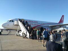新年旅5日目の午後。 マラケシュ観光を終えてフェズへ向かいます。 「エアアラビア・モロッコ」のLCC。 到着時と同じく飛行機まで歩いての搭乗です。