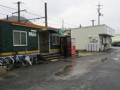 香川県最西端の駅、箕浦駅に到着。この駅の構内には10年くらい前まで「かな泉」があり、以前からうどん駅として名をはせていました。かな泉があった場所に、今は西讃の名店「上戸」があります。