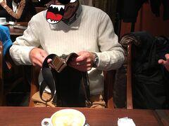 二次会は予定していたカフェがパーティーの為入れず、 近くにあったイタリアンのカフェタイムを利用しました。 カフェ・ラテはラテアートが施され、おじさんとはアンマッチですが。 数日前にi-PhoneデビューしたM本氏はインスタ映えということだそうで。