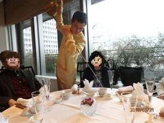 今回旧友たちと集まったのは、新丸ビル6階にある「四川豆花飯荘」。 シンガポール発のチャイニーズレストランです。 入口近くにワインセラーがあるのがその素性を感じさせます。 先ずは一休.com予約コースに付いていた、「ティタンジェ」のシャンパーニュが注がれ、その美味しさに酔いしれていると‥、カンフー俳優のような茶藝職人が登場!