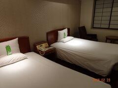 初日のお宿は「インターナショナルガーデンホテル成田」 明日の便が早いため当日空港へ行くとなると5時前には自宅を出なければならず前泊をすることにしました。 他にも魅力的なホテルがありましたが、第1ターミナルへは行かないということでこちらのホテルに。 こちらのホテルは成田駅・空港とそれぞれ送迎があり、朝食付きで2人で1万円弱とリーズナブルでした。  お部屋はツイン。