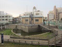 そろそろ桜を観に行きますかっ。 途中、船を模した大横川親水公園の建物