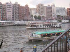 隅田川は多くの船の往来