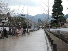 写真は、今回の旅行で最初の観光地になる津和野殿町の武家屋敷街です。  有名な武家屋敷街ではありますが、長さは200メートル足らずで、木曽の妻籠宿の徹底度とは大差があります。  なお、萩・津和野とセットで括られますが、萩は山口県萩市、津和野は島根県の鹿足郡津和野町です。