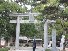 萩での最初の訪問地は松陰神社です。境内に残る松下村塾を見れば、吉田松蔭の謎を解決するヒントが得られるはずなので、大いに期待しました。  この写真は、駐車場から境内へ向かう際、最初にくぐる鳥居です。 *松陰神社の沿革  社格:旧県社  ・起源:明治23(1890)年  松陰の実家・杉家が、土蔵造りの小祠を敷地内に建て、松陰が愛用していた赤間硯と松陰の書簡とを神体として祀った ・創建:明治40(1907)年  伊藤博文と野村靖が中心に請願し、廃社だった萩城鎮守の宮崎八幡の拝殿を移築して最初の社殿にした。現在の社殿は昭和30年に新築したもので、旧社殿は松下村塾での門人を祭る末社・松門神社になる